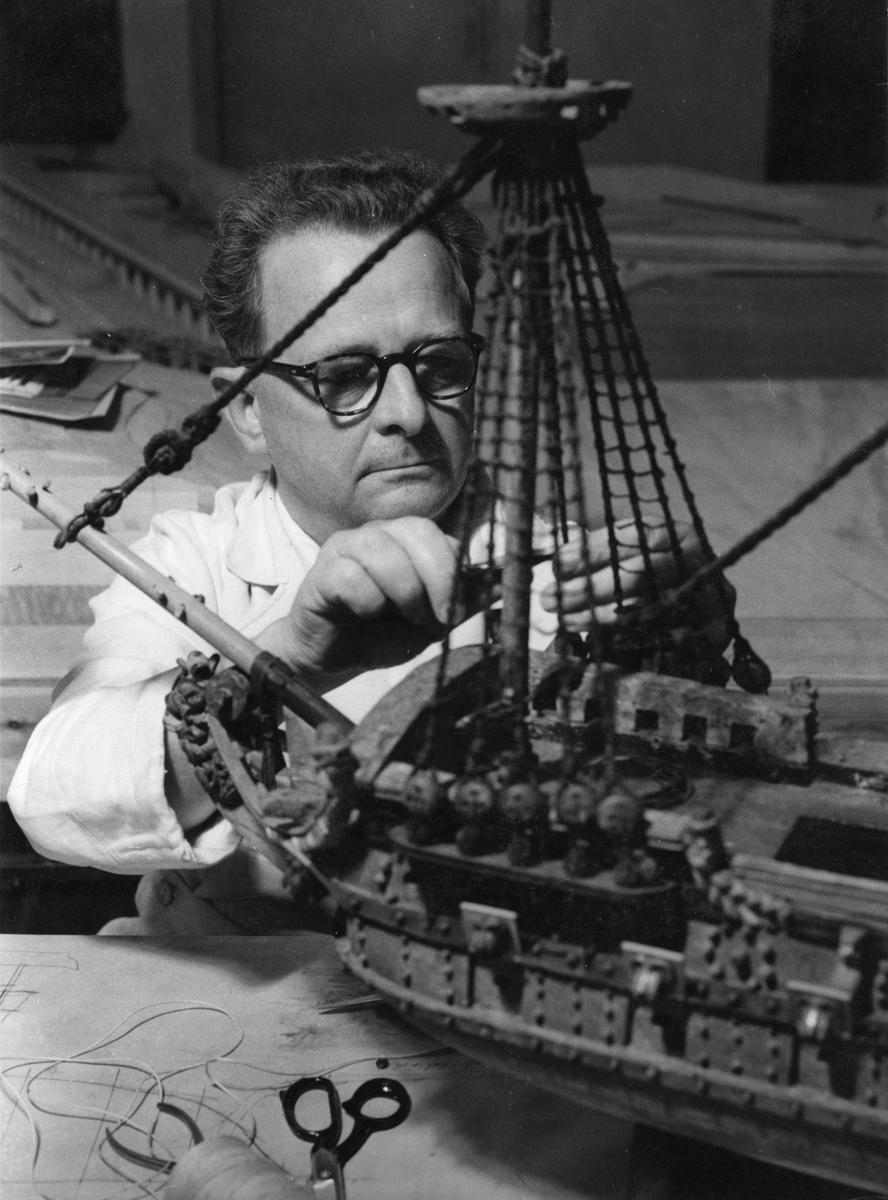 Sjöhistoriska museets konservator Sam Svensson i arbete med att reparera ett votivskepp