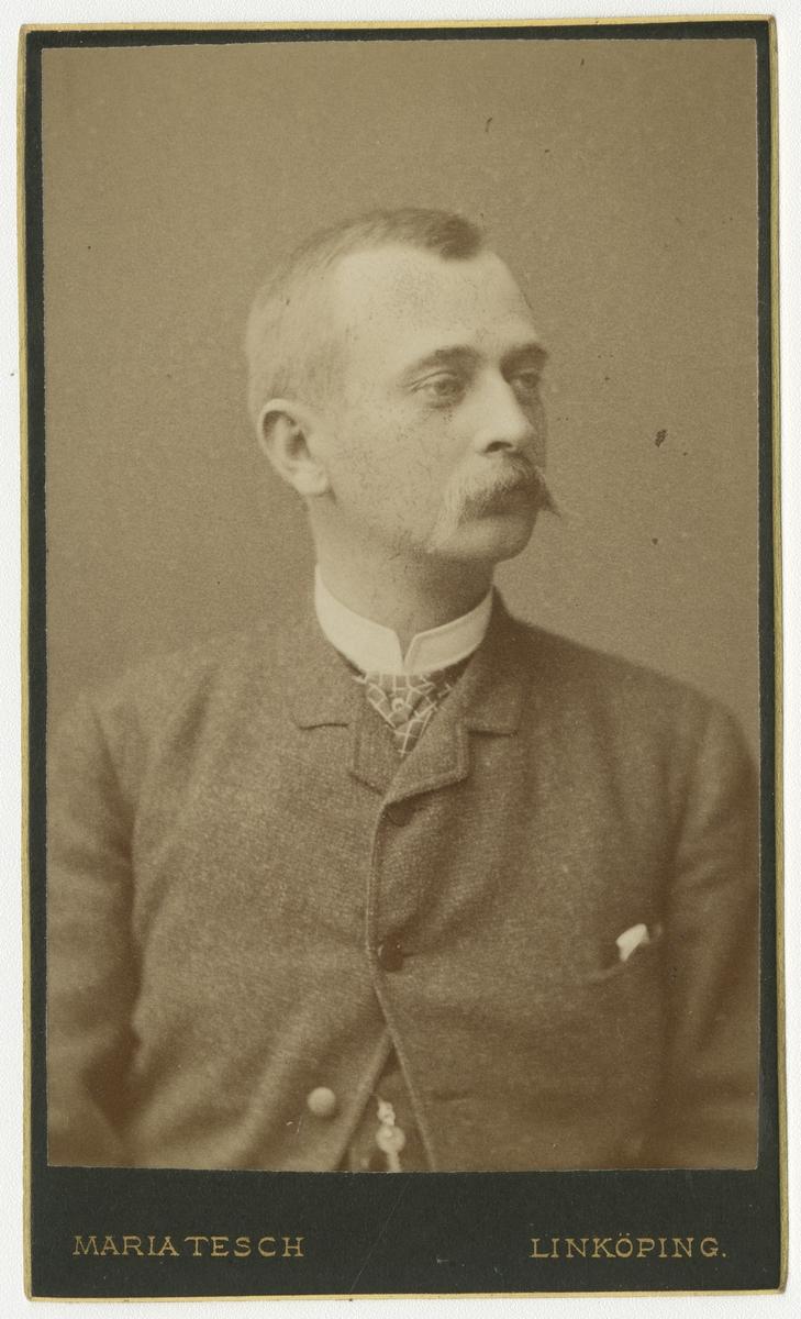 Porträtt av Anders Hugo Levin, officer vid Andra livgrenadjärregementet I 5.  Se även bild AMA.0007947, AMA.0021746 och AMA.0021773 .