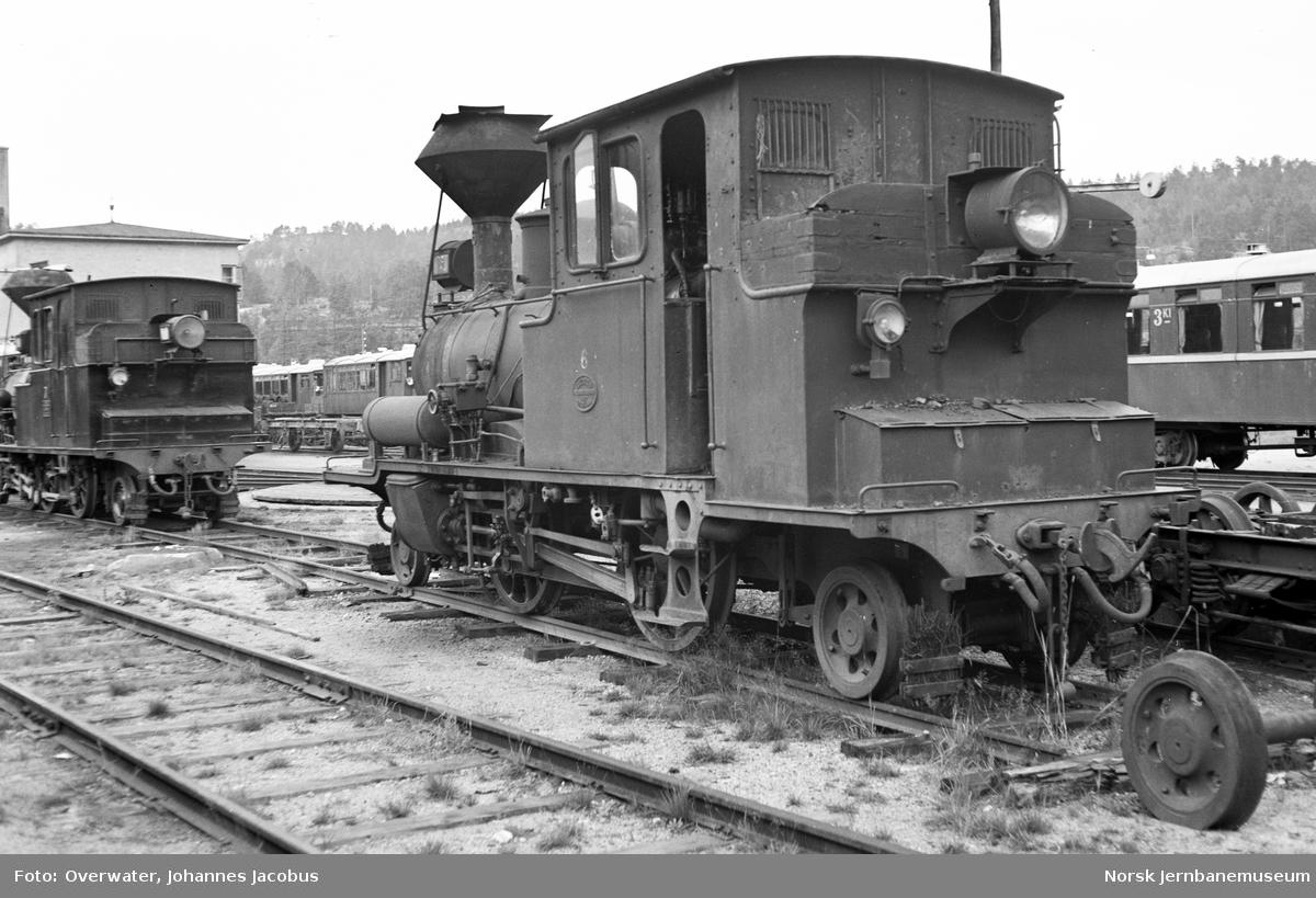 Setesdalsbanens damplokomotiv type XXII nr. 6 utenfor verkstedet på Grovane stasjon