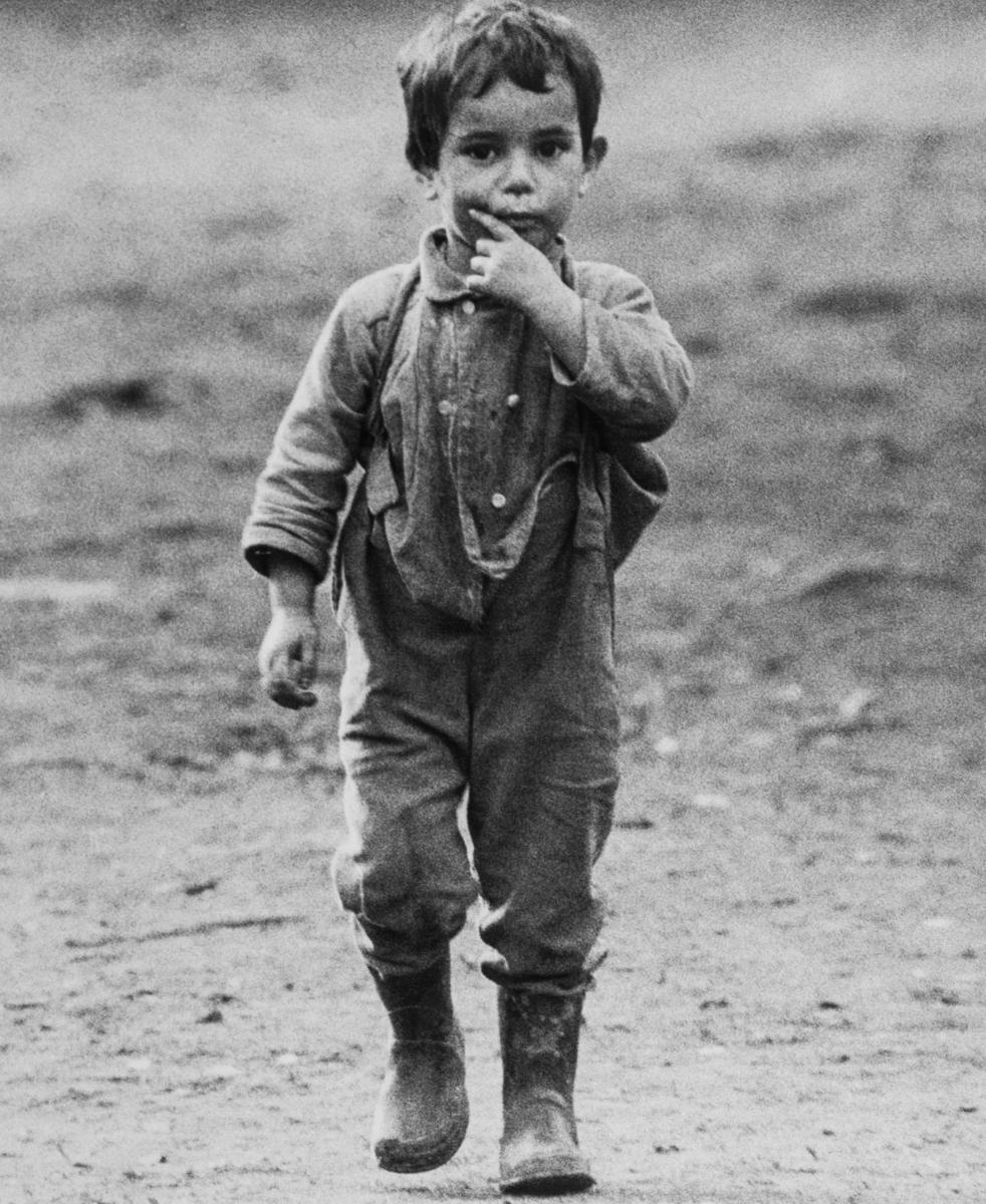 """I texten till bilden vädjar tidningen Expressen: """"Den rike mannen har råd att öpnna när fattiga och frusna människor knackar på hans dörr. Ring, skriv, säg ifrån! """" Under 1960-talet aktualiserades en debatt om utländska romers rätt att söka skydd i Sverige. Debatten uppstår första gången då en familj med rötter i Polen parkerar sina vagnar på Stadsgårdskajen i Stockholm. Katarina Taikon engageras för att föra dialog med familjen, men lyckas inte hitta någon plats för familjens vagnar. De anvisas plats på lägret Ekstubben, som tidigare varit den plats dit svenska romer hänvisats av Stockholms stad. Efter tre månader meddelar familjen att de gärna vill stanna i Sverige, Våren 1967 får familjerna hjälp av Katarina Taikon och Johan Caldaras att från Utlänningskommissionen (UK) söka fortsatt uppehållstillstånd i Sverige. Familjerna vill inte gärna bo kvar i Västtyskland, där de senast bott. Deras släktingar hade mördats under förintelsen och man känner sig illa behandlad i landet. I maj 1967 ger UK avslag på ansökan. Taikon lämnar in en begäran om att regeringen ska upphäva beslutet och får audiens hos inrikesminister Rune Johansson. Han råder Taikon att skaffa arbete och bostad åt familjerna. Media börjar rapportera om frågan och opinionsbildningen är igång, men i augusti avslås ansökan ännu en gång. Den 16e augusti 1967 sänder Katarina Taikon in en nådeansökan till kungen. Samtidigt påbörjas en namninsamling. Fredagen den 25e augusti 1967 samlas ett hundratal människor på Slottets borggård, utanför regeringens sammanträde. Denna gång beslöt regeringen att bifalla ansökan. Öppen konflikt uppstod mellan Utlänningskommissionen och regeringen, men de romska familjerna fick stanna i Sverige. Detta kom dock inte att bli regel."""