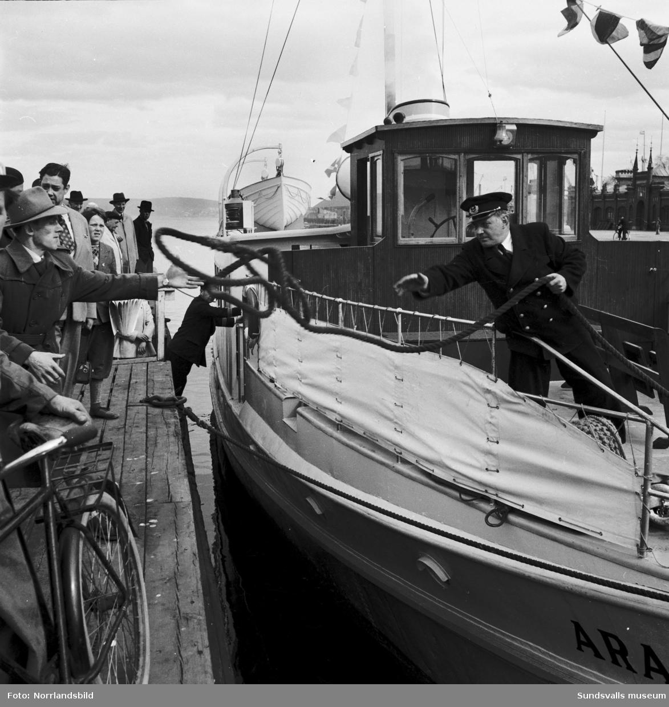 Passagerarbåten Aramis avgår från hamnbassängen mot Vindhem. Med på resan är Gunnar Wilöf.