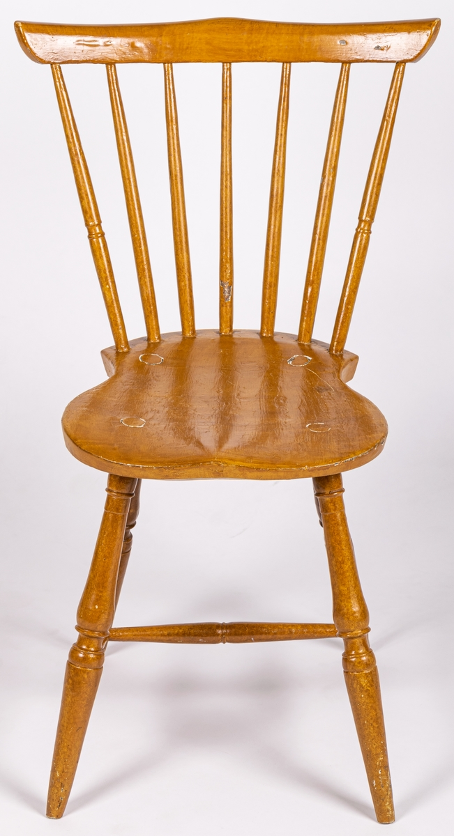 Katalogkort: Pinnstolar, 5st av trä. Svarvade pinnar, ben och tvärslå. Målat i björkimitation. Mått: a) h 82cm, 42x36 sits