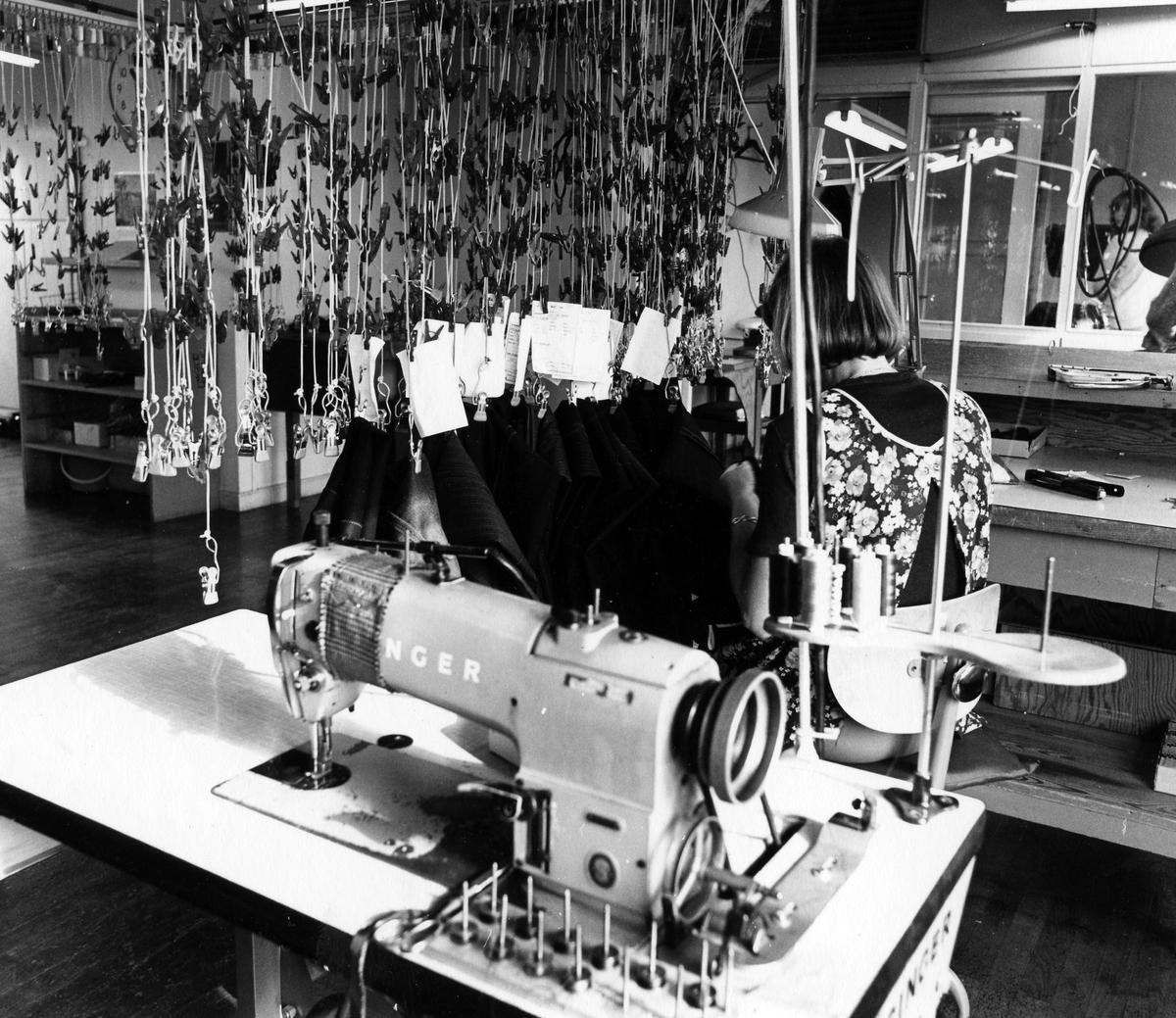 "Arbete med fickor på byxavdelning, ""Byxan"", Drabant AB:s tredje våning. Slutfasen. En kvinna syr på fickor med maskin."