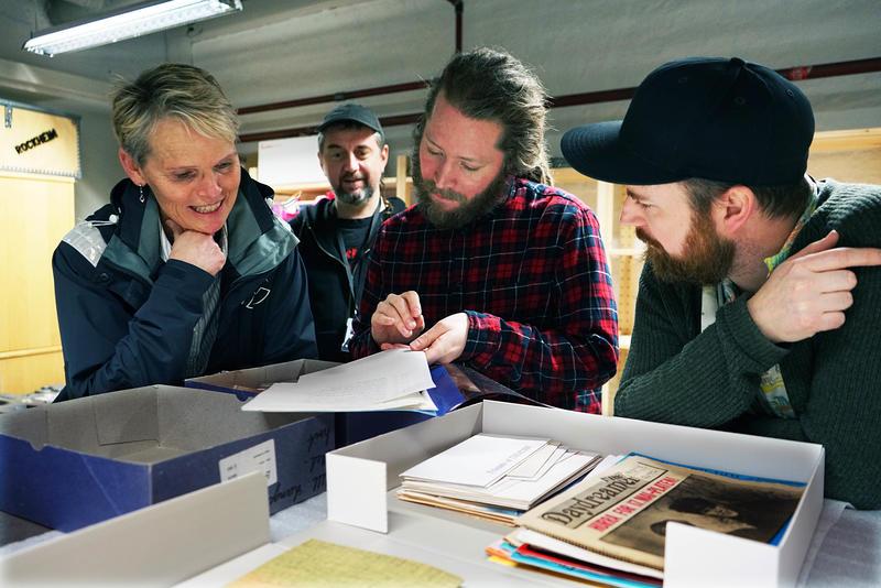 Tone Børstad (f.v.), Morten Haugdahl, Mathias Østrem og Bjørnar Bruket inspiserer donasjonen i magasinet på Rockheim.