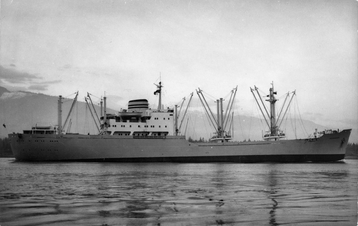 MS BRIMANGER, kystlandskap i bakgrunnen.