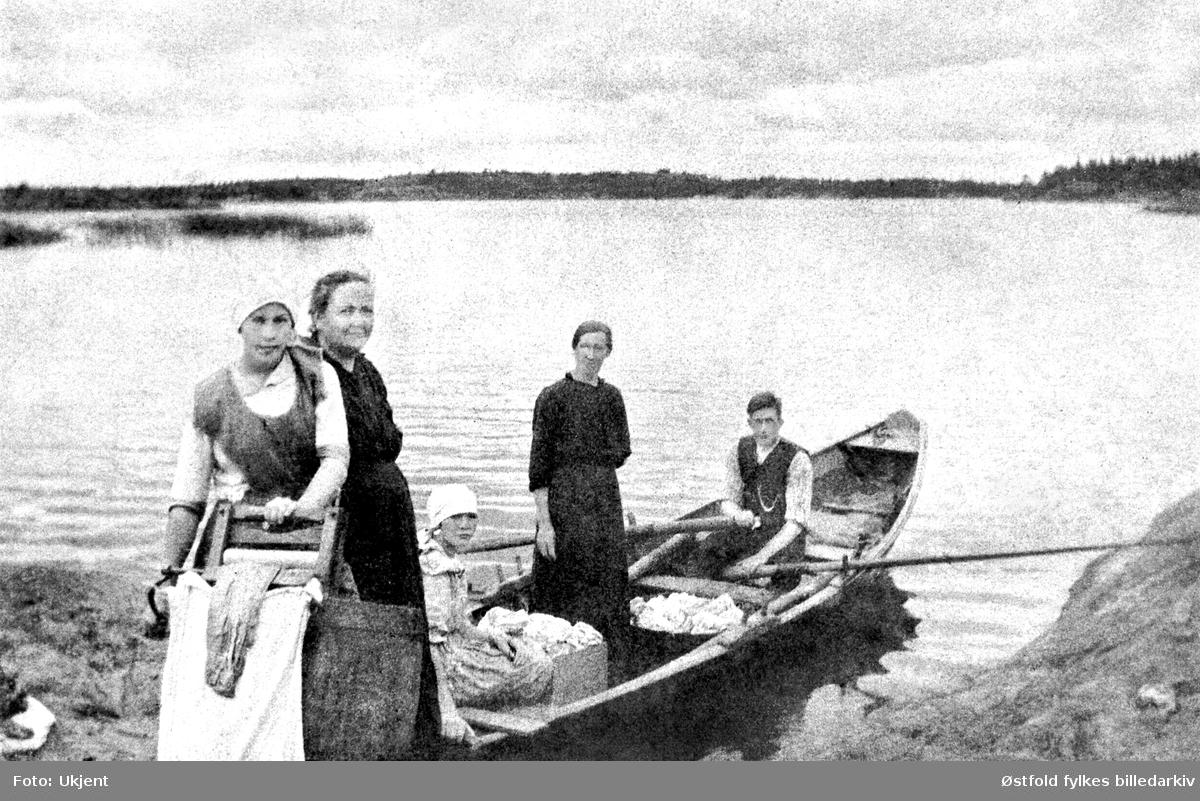 Klesvask ved Vansjø (Bjørnebekkstranda, utsikt mot Oksenøya.) Fra v. Ester Lundeby, Julie Lundeby, Helmine Lundeby, Kristoffer Hammer Lundeby.  Bildet er tatt 1918-20.