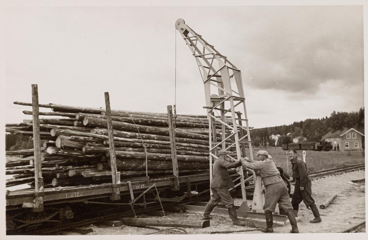 Lossing av tømmer fra godsvogn To 6 på Skulerud brygge