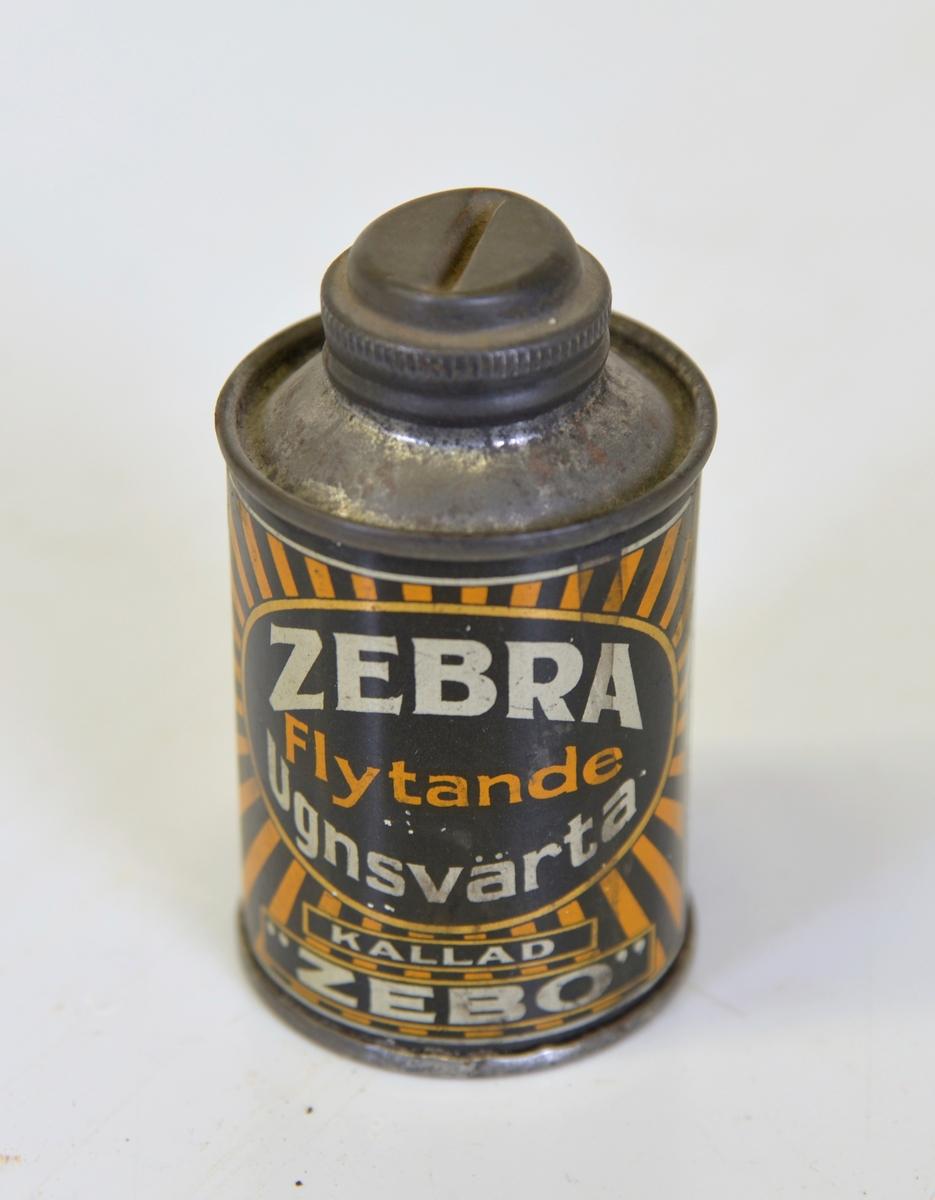 """Med skruvlock. Innehåll: ZEBRA Flytande Ugnsvärta Kallad """"ZEBO"""". Påträffad vid omändringsarbeten i fastigheten Björnbäret 3, Alingsås."""