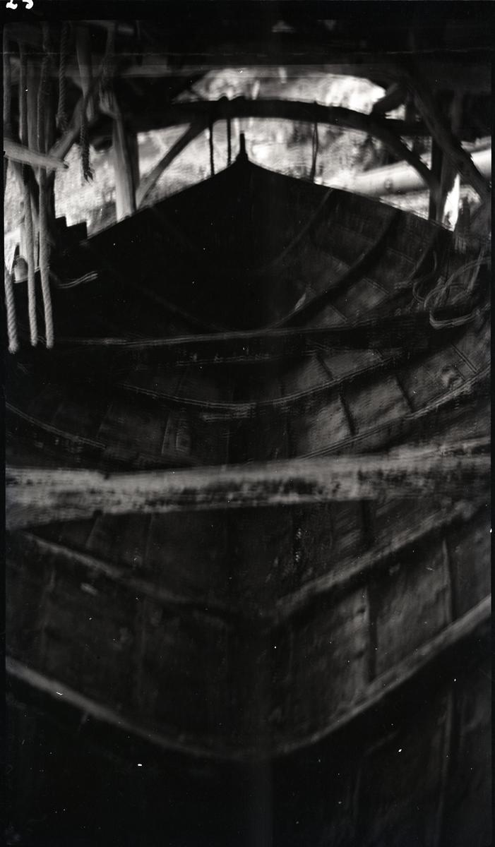 Stor båt sett ovenifra inni naustet. - Bjørkedalen.