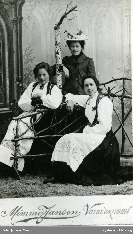 Bunadskledde kvinner