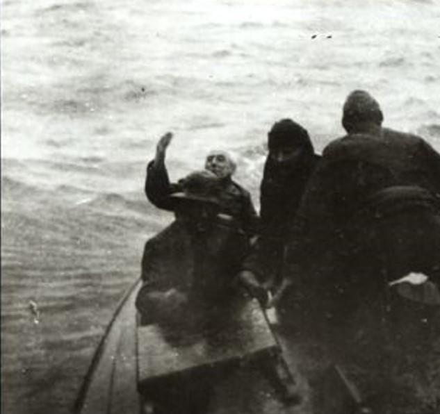 I Alaska vinket Amundsen farvel til «Maud» for siste gang for å forberede sin egen flyvning fra Alaska.