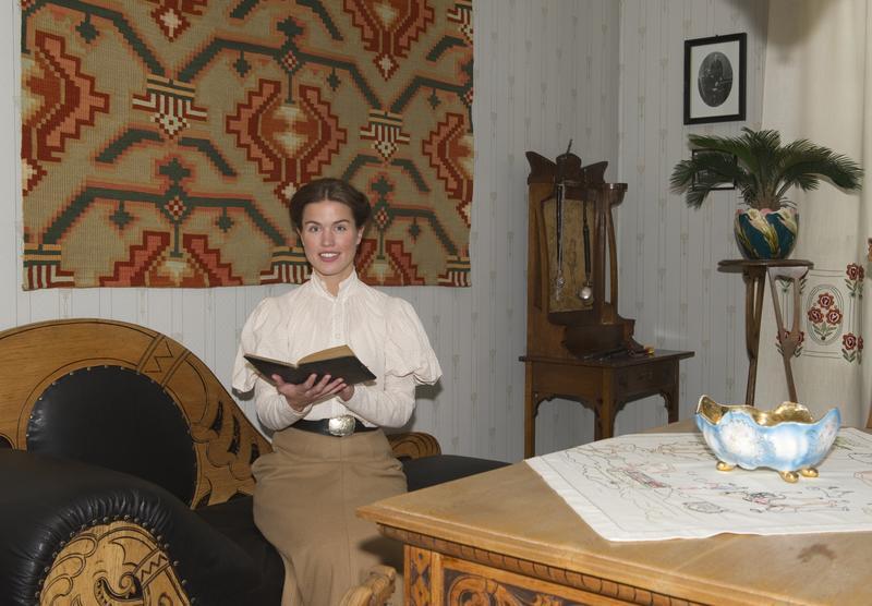 Unge «Marie Ødegaard» i dagligstua. (Foto/Photo)