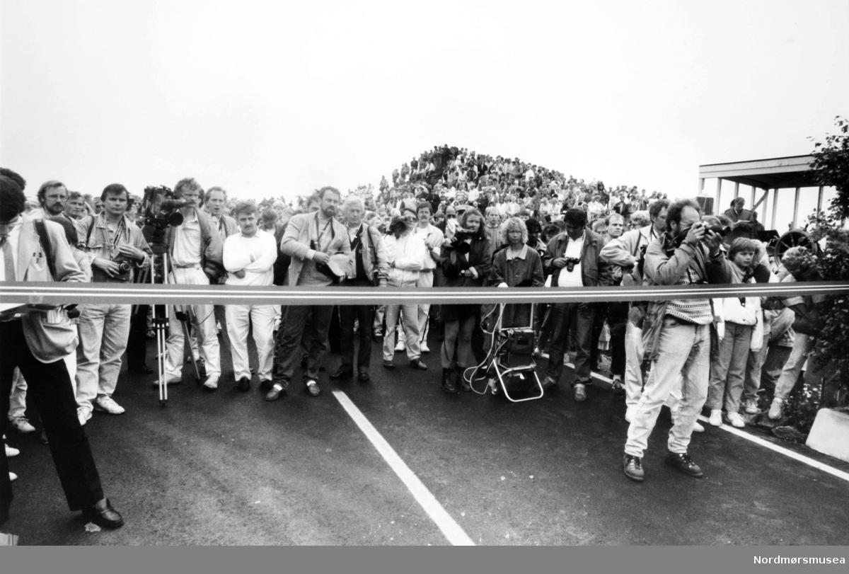 Åpning av Atlanterhavsveien mellom Averøy og Eide på Nordmøre i Møre og Romsdal, 7. juli 1989. Bildet er fra avisa Tidens Krav sitt arkiv i tidsrommet 1970-1994. Nå i Nordmøre museums fotosamling.