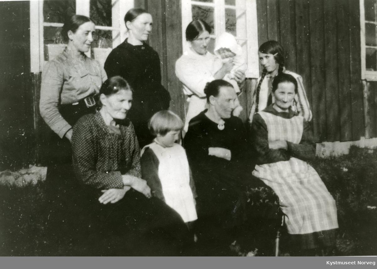 Kvinneforrening på Solsem, fra venstre: Kristianna Hansen, Sylva Hansen, Jonetta Busch, Laura Nikolaisen. Bak: Jette Nikolaisen, AmandA Monsen, Margrete Mikalsen, Svanhild Mikalsen og ukjent