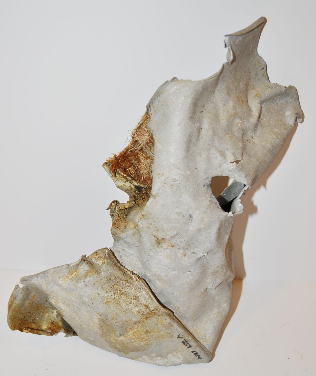 Fragment av plåtburkar.