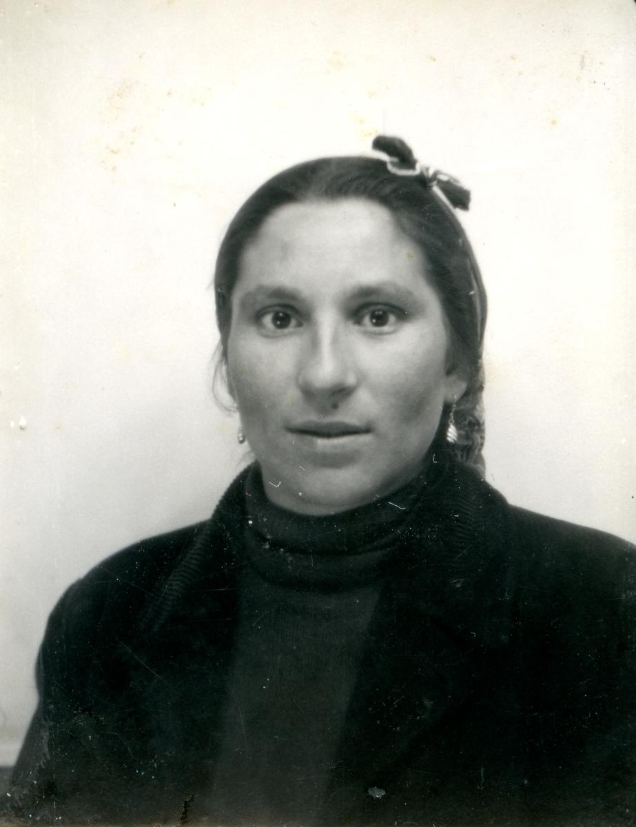 Porträtt av en ung romsk kvinna. Bildens ursprung är okänd.