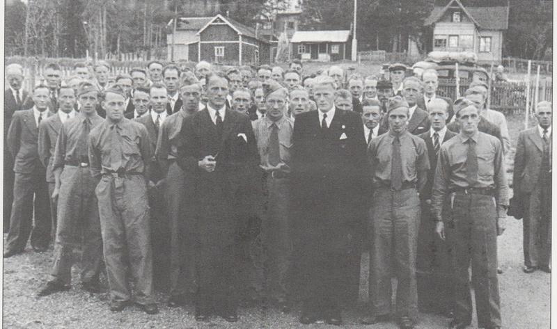 Heimestyrkene (Milorg) i Folldal takkes av sommeren 1945. Foran i dress står Torvid Grønli (t.v.) og Oddmund Husum, som begge hadde vært ledere av Milorg i bygda. Foto fra Grimsbu: Krig og okkupasjon i Folldal.