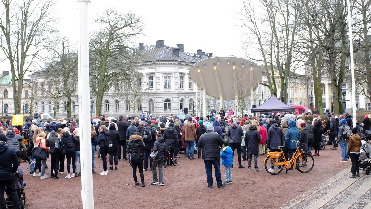 """I Rådhusparken i Jönköping samlas människor varje fredag för att stötta Greta Thunberg i hennes skolstrejk för klimatet. """"Fridays for future"""" (Tillsammans för klimatet)."""