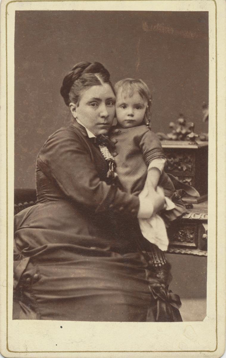 Adele (Adelaide) von Horn, född Rettig. Syster till John Rettig. I famnen håller hon sitt barn.