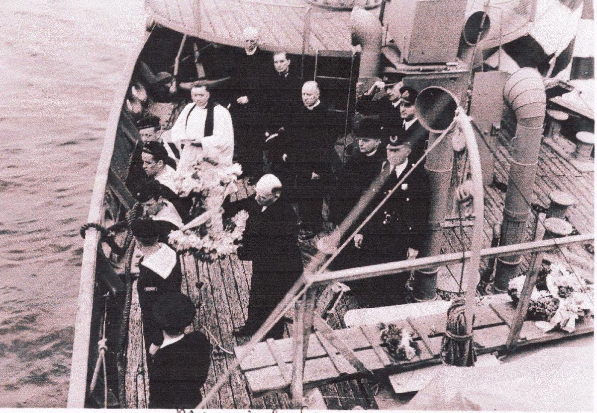 "Camp Norway, 1941.  ""Memorial Service"" om bord i hvalbåt"