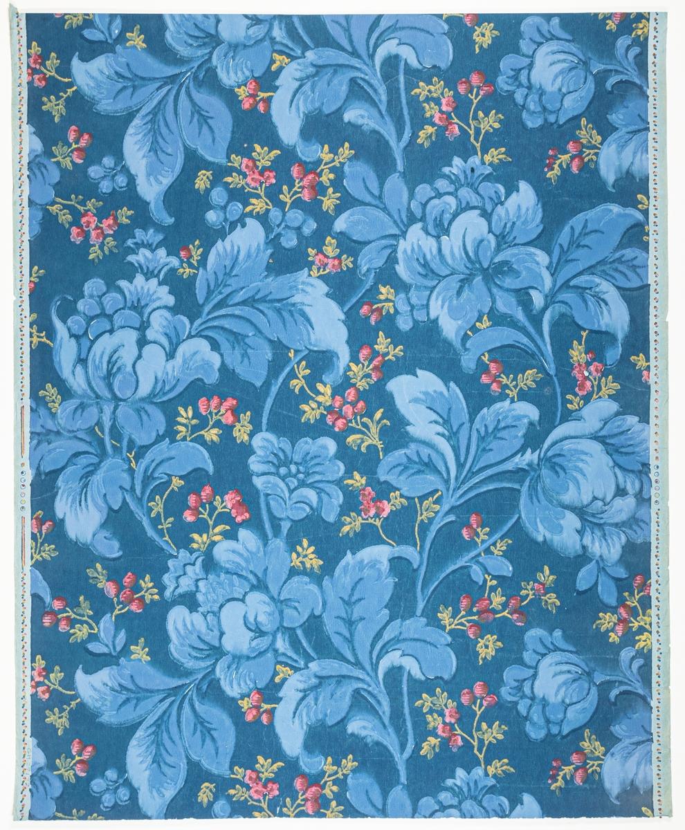 Turkos genomfärgat papper med ett stort ytfyllande blommönster bestående av fantasiblommor. Bakgrunden dekorerad med ett litet kontrasterande mönster av små blommor. Tryck i gult samt i två blå och rosa nyanser på en mörkblå bakgrund.