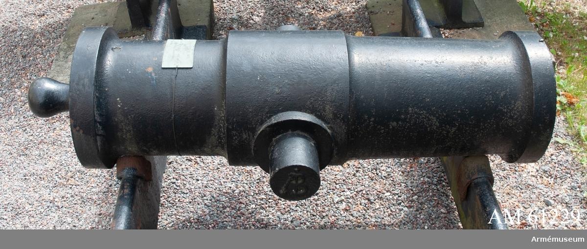 Grupp F I.  MÅTT: Bottenstyckets största diameter: 28 cm. Bottenstyckets minsta diameter: 28 cm. Kammarsiraternas bredd: 7,5 cm.Tappstyckets diameter: 32,5-33 cm. Tappstyckets läge: 32,5 cm. Tappstyckets bredd: 30,5 cm. Tappskons läge: 40 cm. Tappläge I: 43,5 cm. Tapplängd: 10,5 cm. Tappdiameter: 10,5-11 cm.Långa fältets största diameter: 30-30,5 cm. Långa fältets minsta diameter: 28 cm. Trumfens största diameter: 33 cm.Kapten F. A. Spaks katalog 1888.Haubitsen är ett enkelt eldrör, med förtjockat tappstycke. Druvan är platt-kulformig.Bottenstycket. Fängpannan är nedsänkt, skålformig, omedelbart framför kammar-  siraterna. Framför fängpannan en inristad inskription (se  bilaga).Tappstycket. Tappskivans form samt tappens placering på denna, vänstra tappen  sedd från vänster, se bilaga. Den högra tappen är märkt ÅB, den vänstra tappen är märkt 1815,  båda i rundrelief.Långa fältet. Trumfen, trumpetförstärkt (mkt. kort trumpet), med  korn.