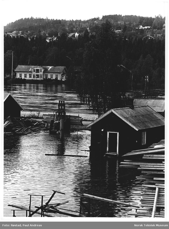 Sagbruket må flytte om og stable på nyy en hel masse p.g.a. flommen i Glomma. Kongsvinger