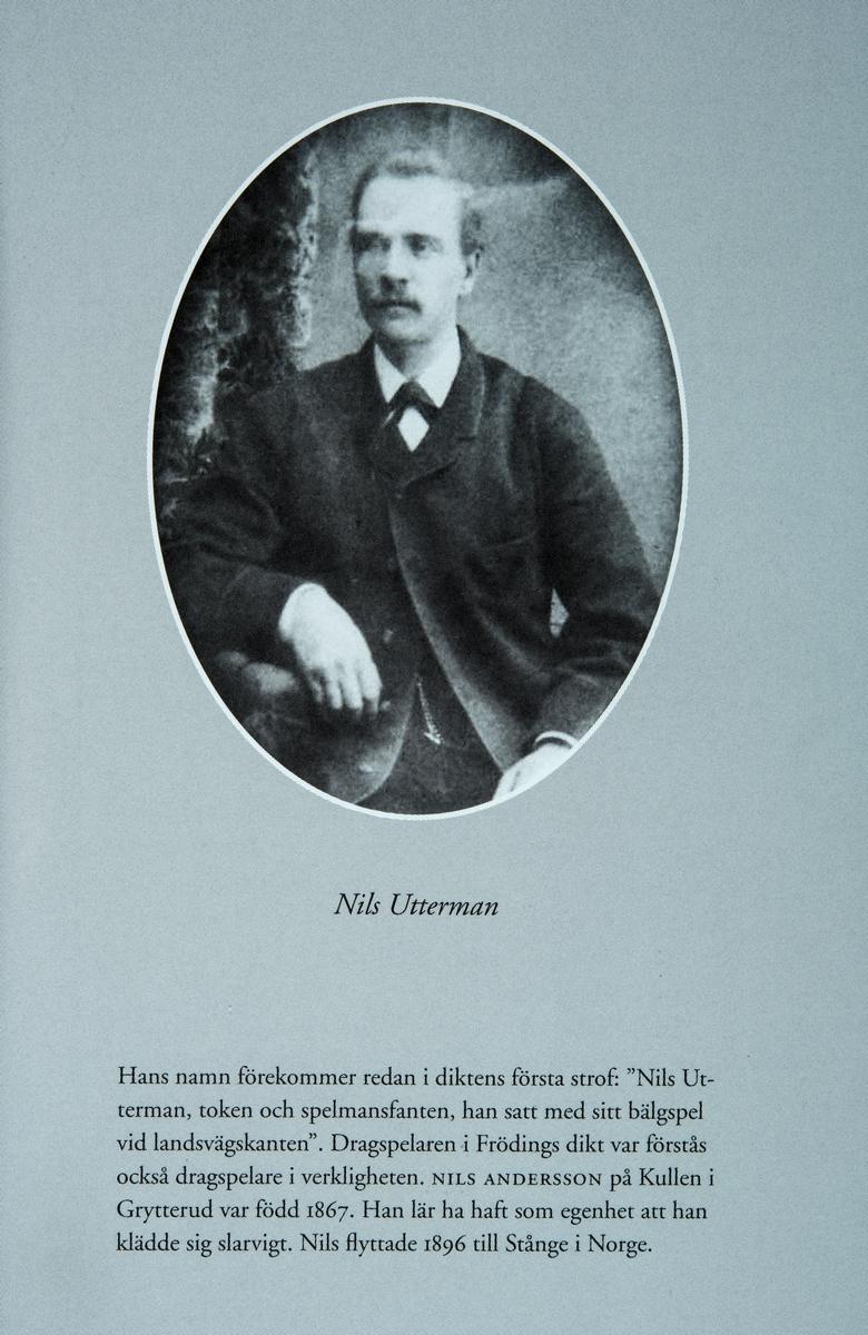 Portrett av Nils Anderson, 1867-1948. Flyttet til Staur i Stange i 1896. Også kjent som Nils Utterman. Kjent musikker, trekkspiller.