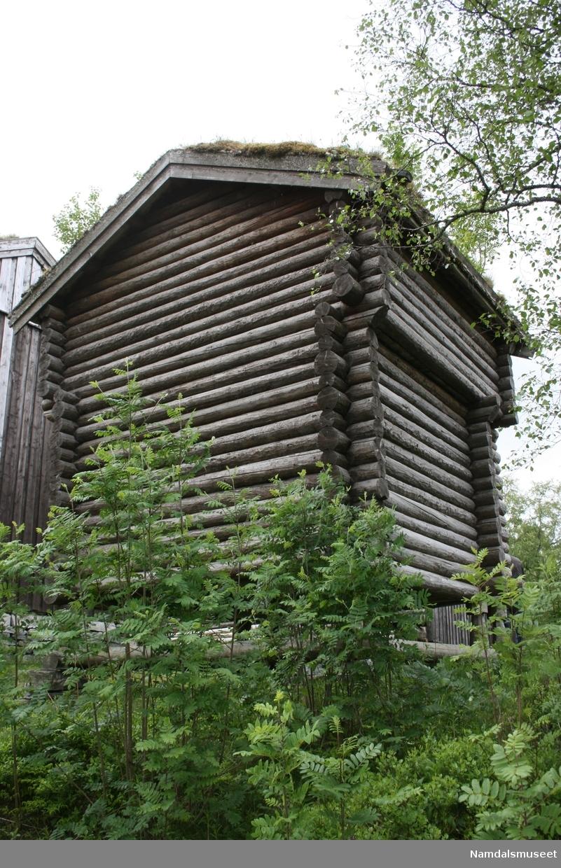 Bygning i tømmerlaft med torvtak. Står på stabber. Huset er en del av 1700-talls tunet på Namdalsmuseet.