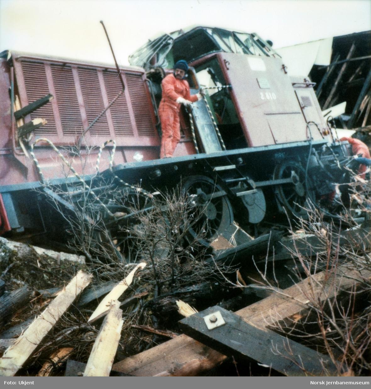 Avsporet diesellokomotiv Di 2 810 i Tjovdalen, vest for Hallingskeid stasjon på Bergensbanen. Lokomotivet fikk store skader. Her pågår demontering før bergingen