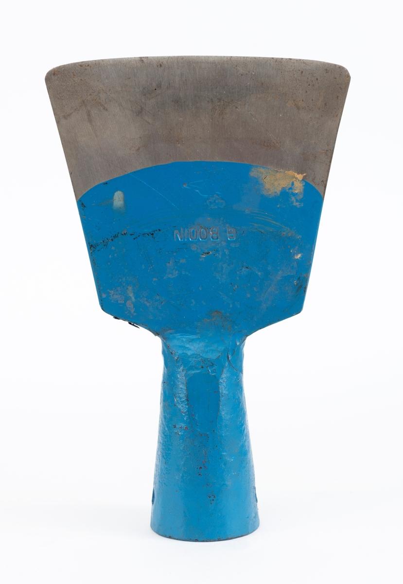 Helsmidd barkespade, produsert i Bodin-smia på Eidsvoll i Akershus.  Bladet er kileformet og plant. Egglinja er 12,0 centimeter lang og har en svakt konvekst buet form.  Fra eggen og oppover avtar bredden på bladet rettlinjet og symmetrisk mens tjukkelsen tiltar.  I overenden, cirka 9,5 centimeter over eggens midtpunkt, er bladet 1,3 centimeter tjukt.  Herfra er det smidd en skaftholk - en fal - som er tilpasset en rund, men noe spisset skaftende,  Denne komponenten er om lag 8 centimeter lang. Falen og den øvre delen av bladet er blålakkert.  Den ene flatsida av bladet er stempelmerket «G. BODIN».