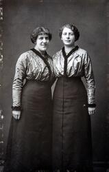 Gruppe 2 søstre. Signe Ingvaldsen sammen med sin søster Magd