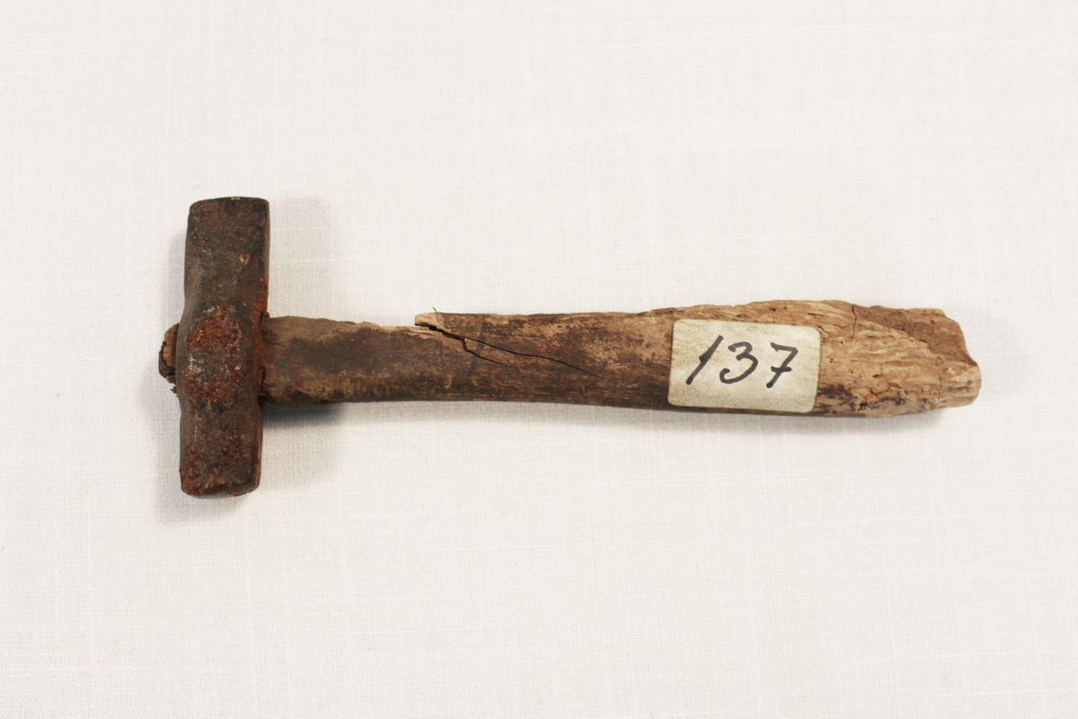 Hammer, pukksteinhammer, ble brukt ved håndknusing av pukkstein til veifyll. Arbeidet ble gjerne betalt per tønne stein.   Fra samlingen etter Ole Gjestvang.