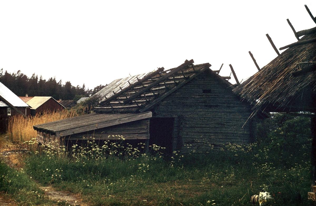 Sjöbodar med vasstak, Fågelsundets fiskeläge, Hållnäs socken, Uppland