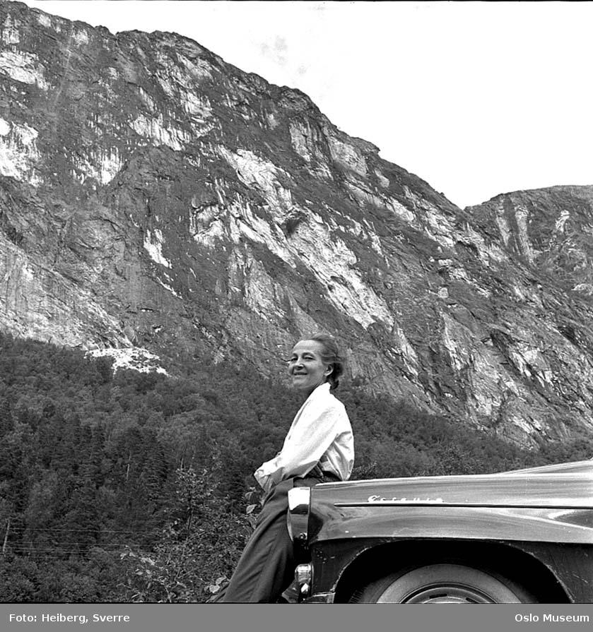 bil, kvinne, fjell