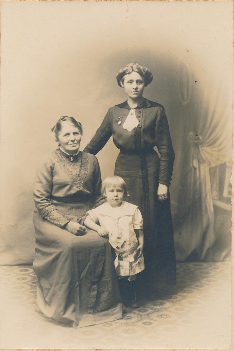 Helfigur foto av 3 personer, 3 generasjoner? ukjente