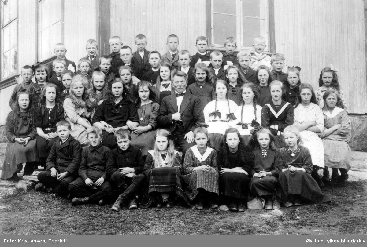 Klemsdal skole i 1922, Østaskog, i Varteig med læreren Olav Tonning. Navneliste med plassering, se bilde nr. 2.