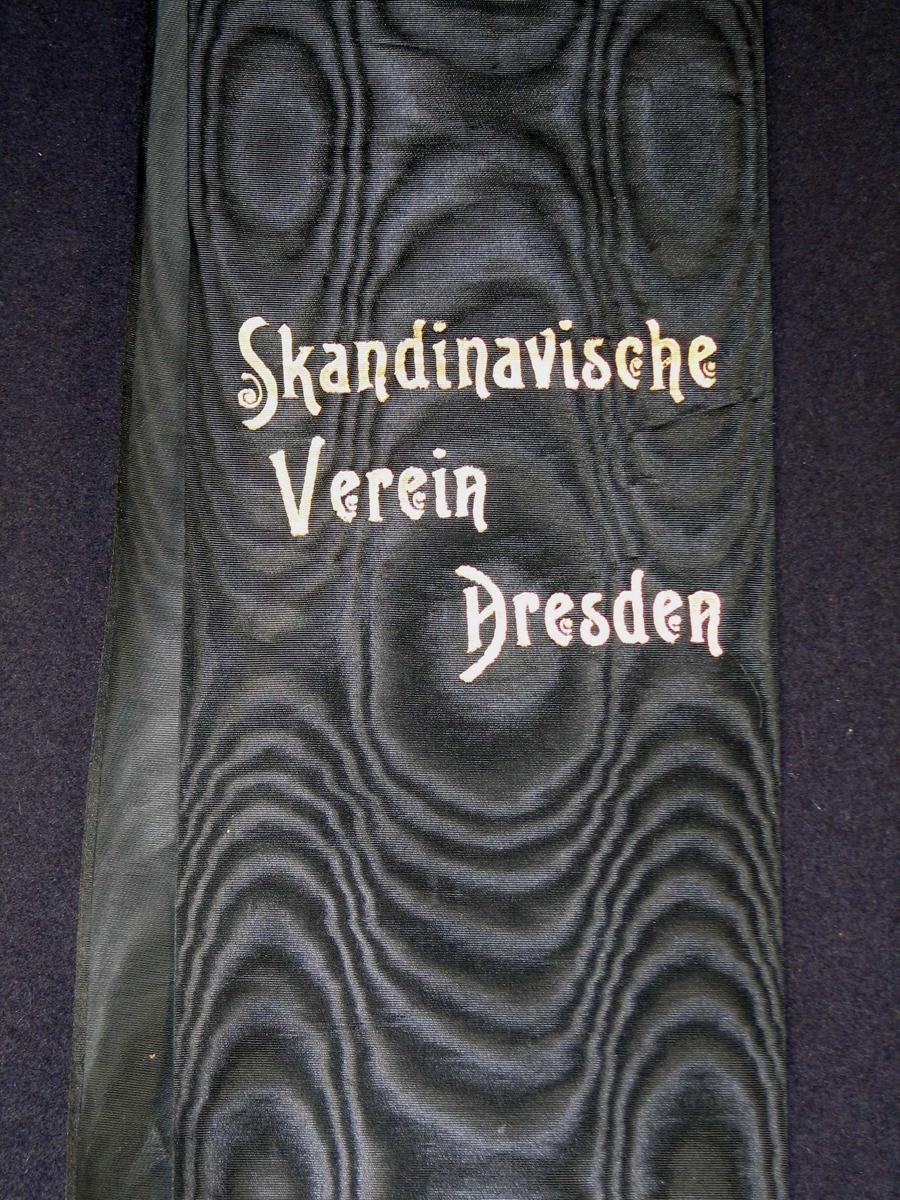 Begravelsessløyfe i svart silke.