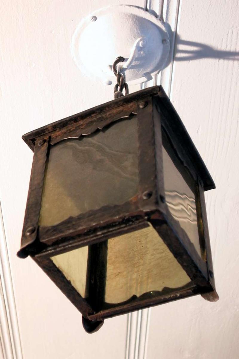 Firkantet taklampe i hamret metall og olivengrønt glass.