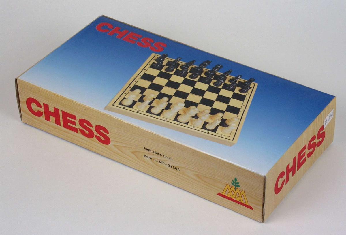 Sjakkspill av tre med eske i kartong.