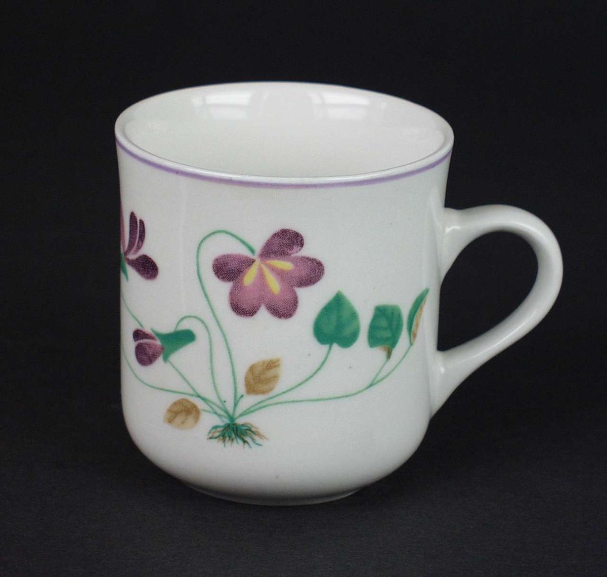Tre hvite kaffekopper i porselen med lilla stemorsblomster.