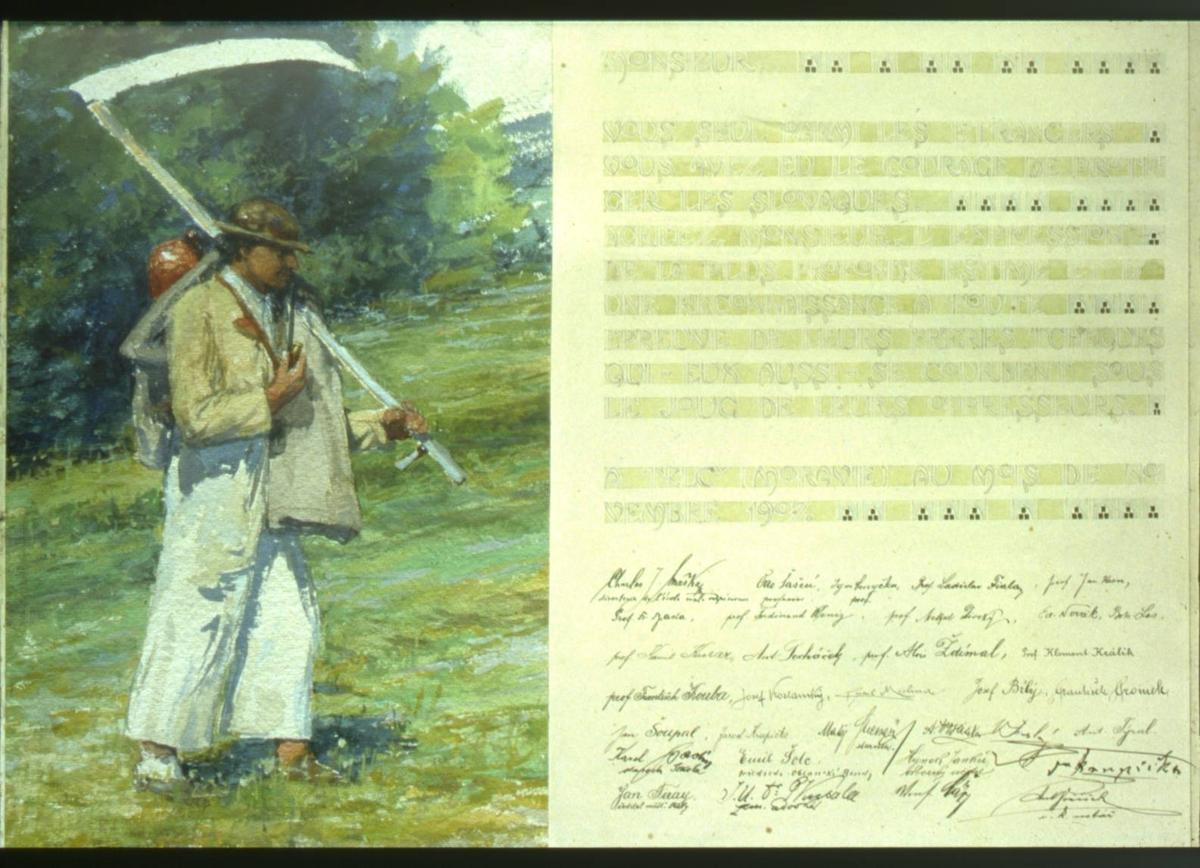 Mann i lyse klær og brun hatt. Han har ei pipe i venstre hånd og en ljå på skulderen.