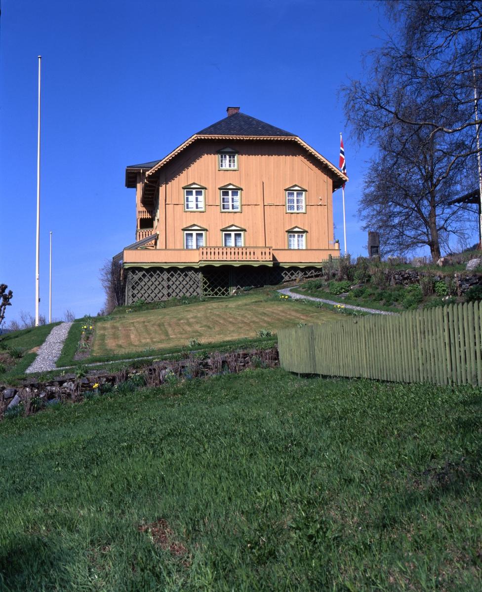 DOK:2000, Aulestad, hus, hage, vår,
