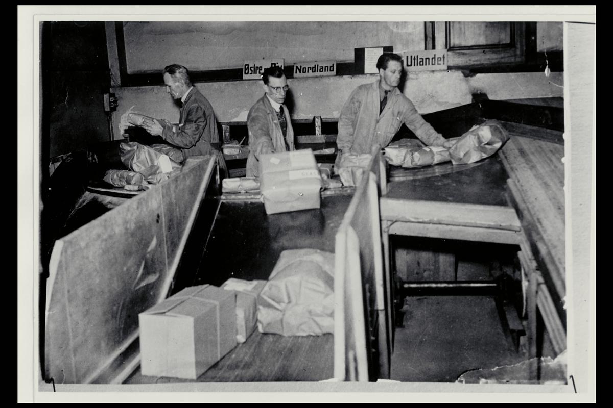 interiør, postkontor, 5002 Bergen, pakkeavdelingen,sortering, menn