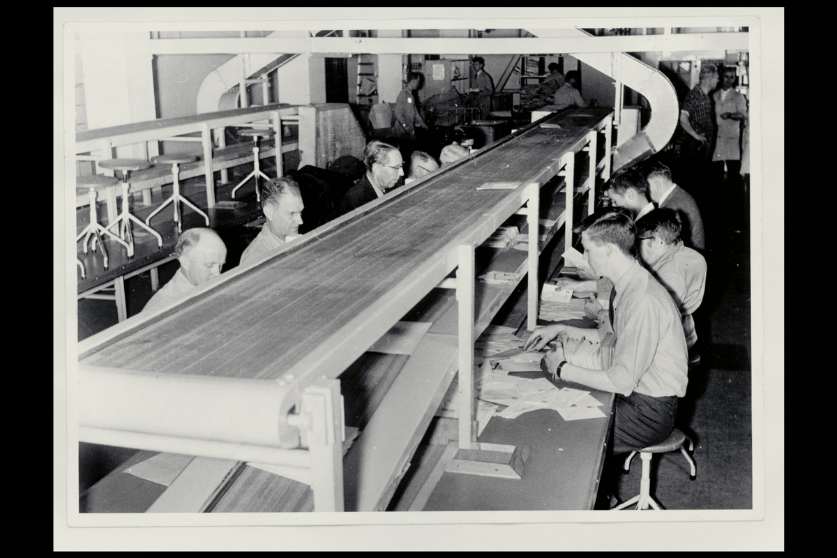interiør, brevavdelingen Dronningensgate 15, ordningsbord med transportbånd, klompsendinger, menn