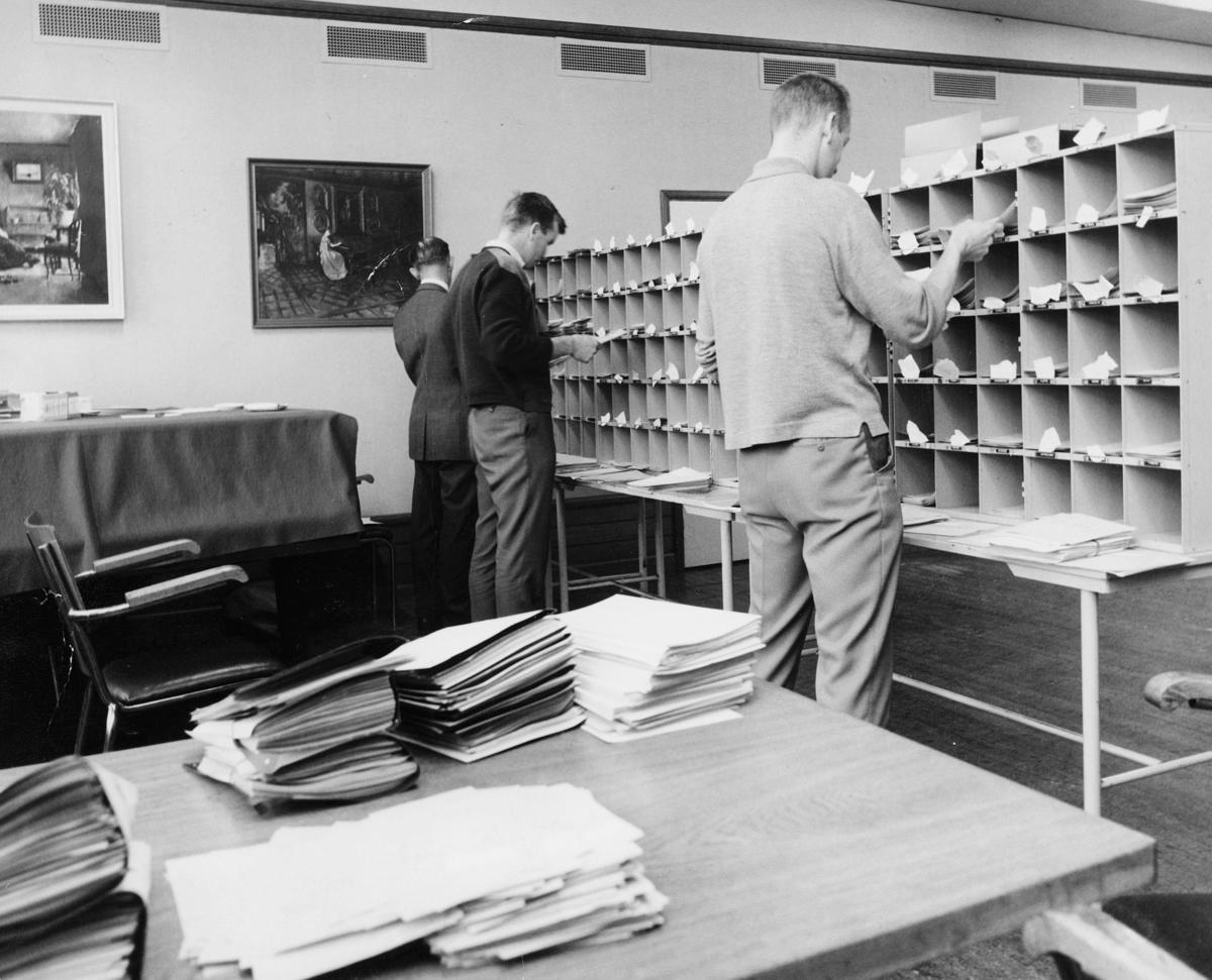 postbehandling, sortering, sorteringsreoler, 3 menn