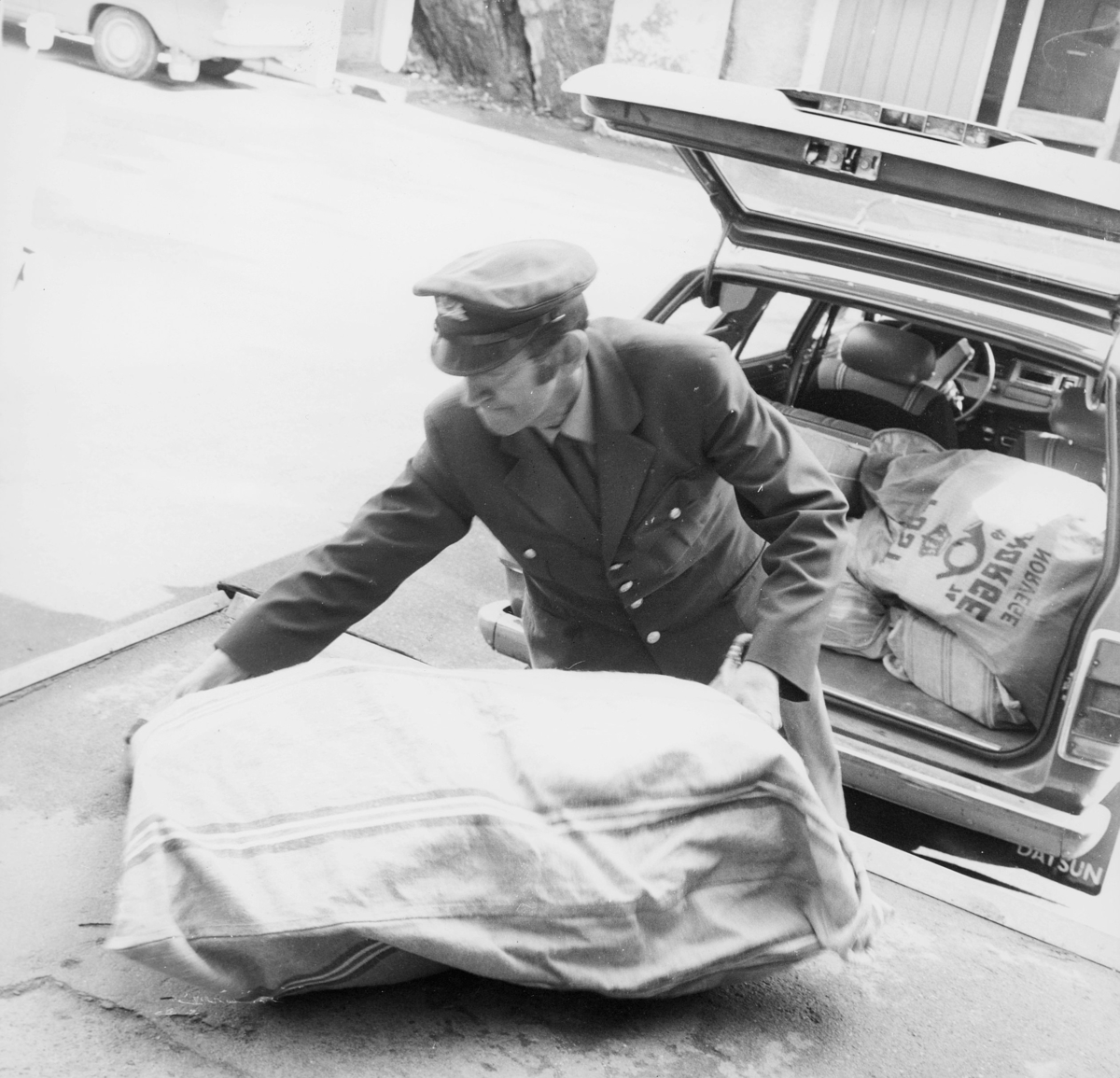transport, bil, personbil Datsun, lasting, postsekker, en mann