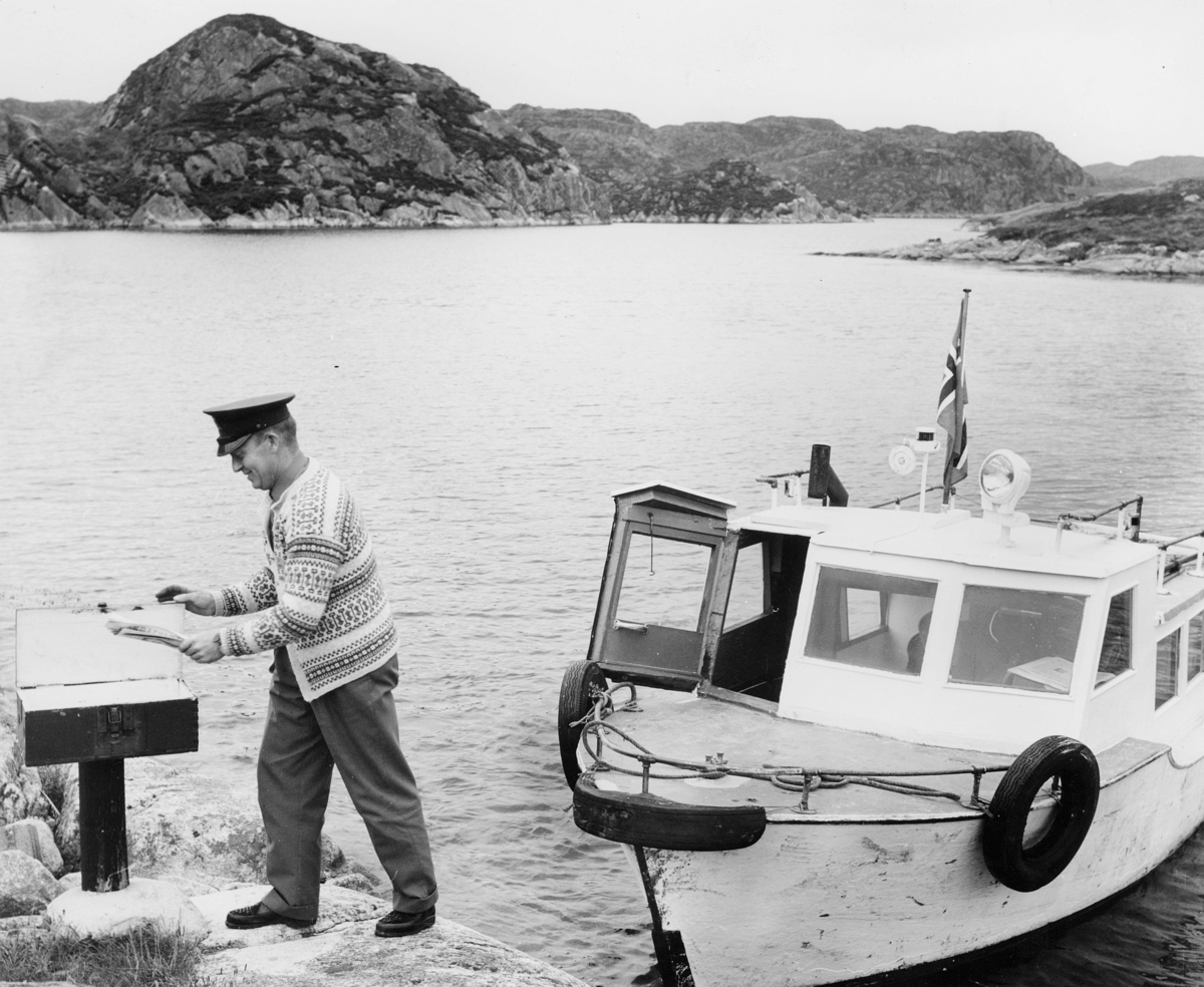 transport, båt, eksteriør, levering av post, flagg, landpostbud Oskar Krunenes, ruta Øklandsvågen-Goddø