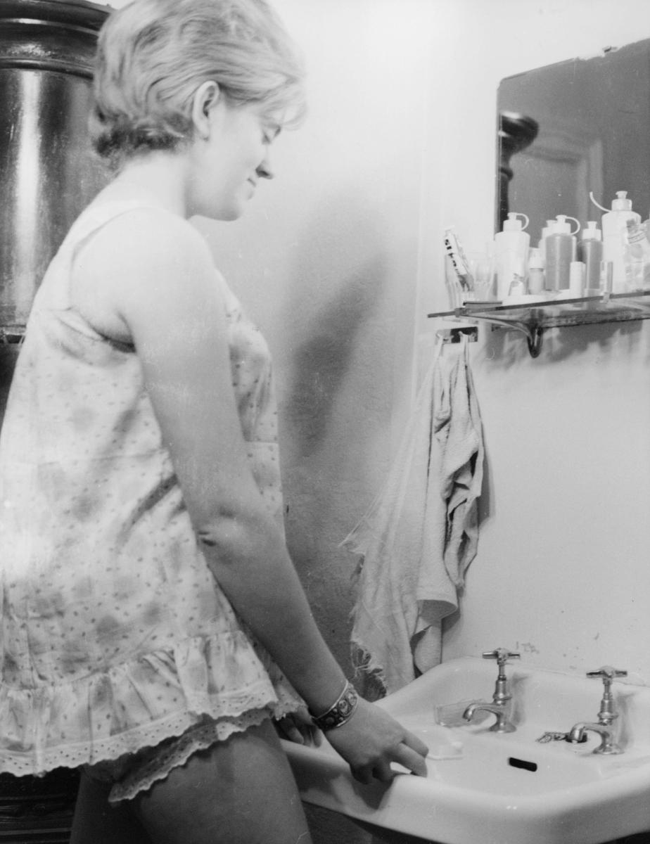 postskolen, interiør, 1 dame, vasker seg