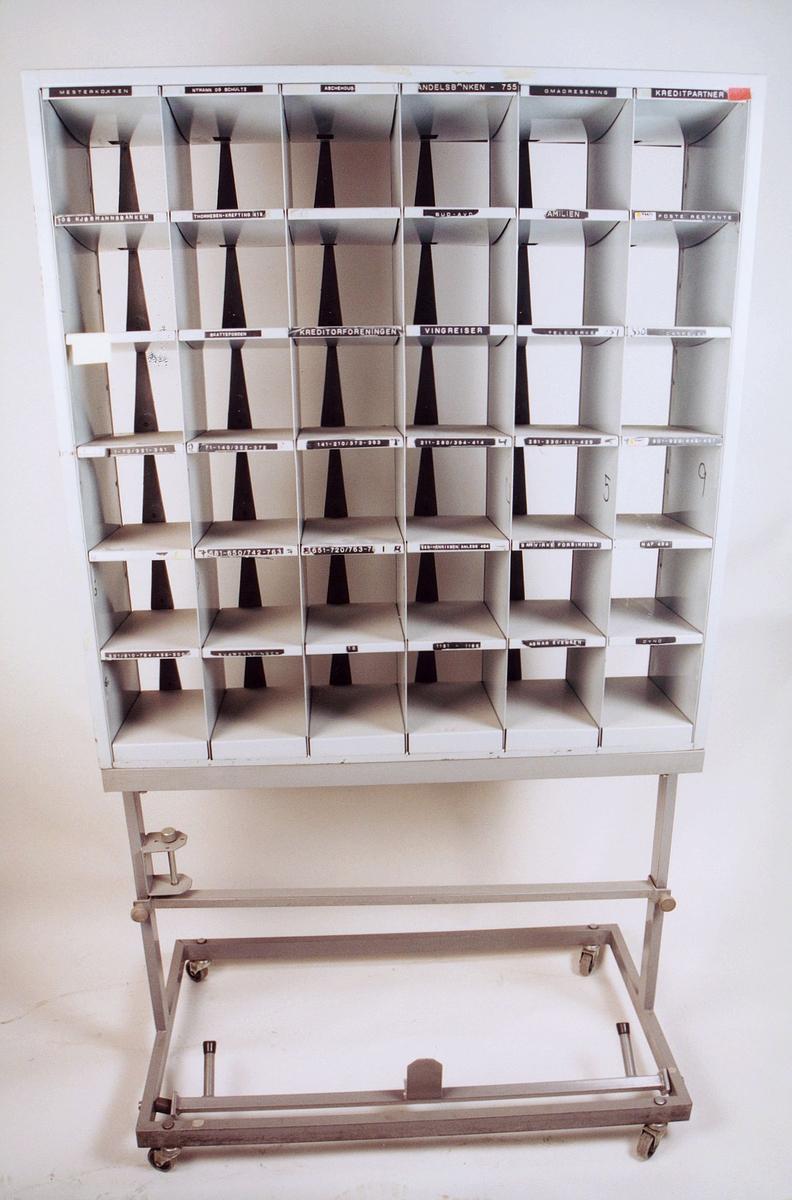 postmuseet, gjenstander, reol, sorteringsreol, brevsorteringsreol med 36 rom